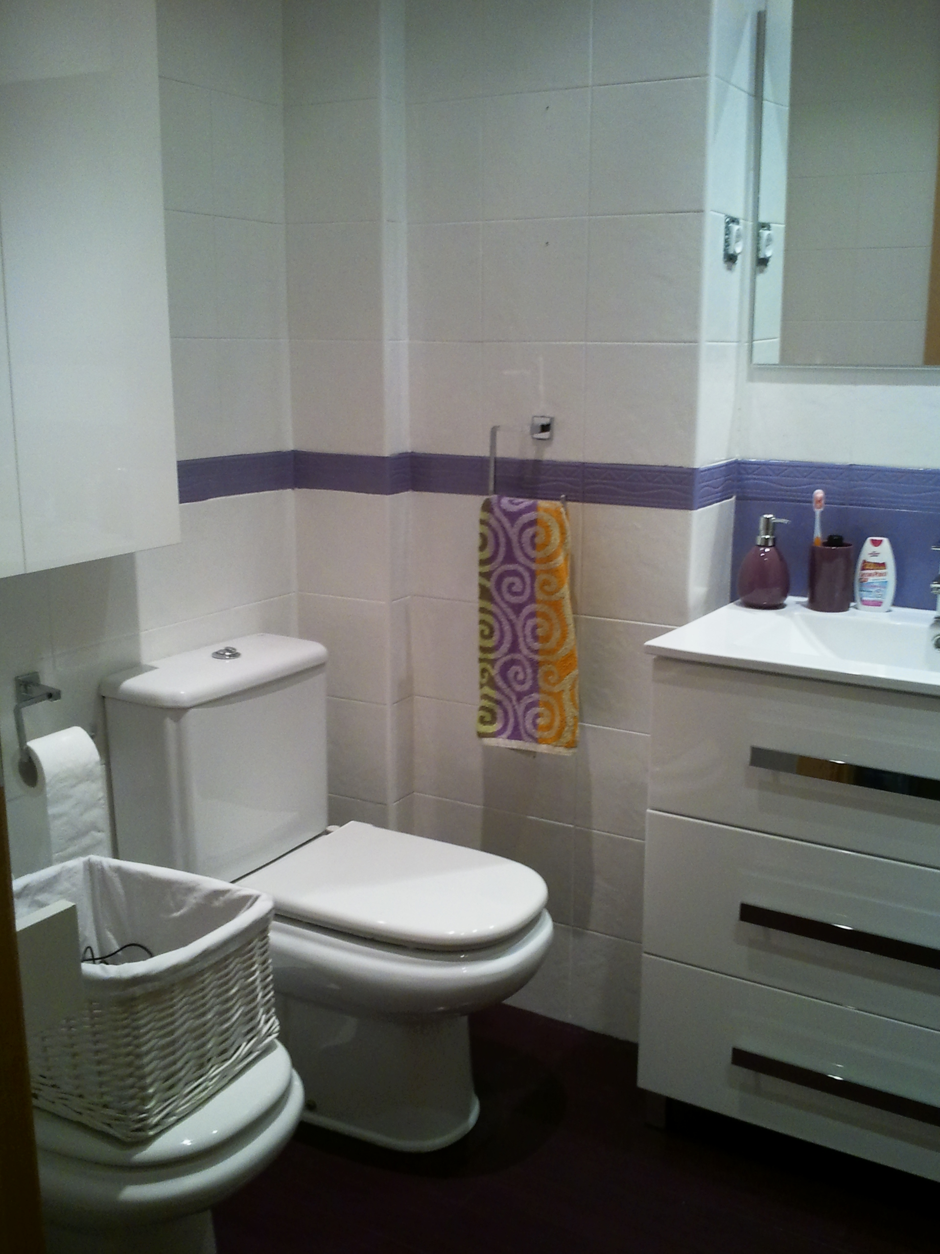 Obras en casa xi c mo reformar ba o sin obra una cosa - Cambiar suelo cocina sin quitar muebles ...